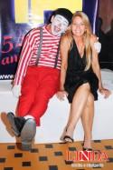 Mirian Araujo com um dos animadores da festa